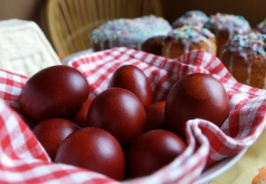 Greek_Easter_Travelling-red-eggs